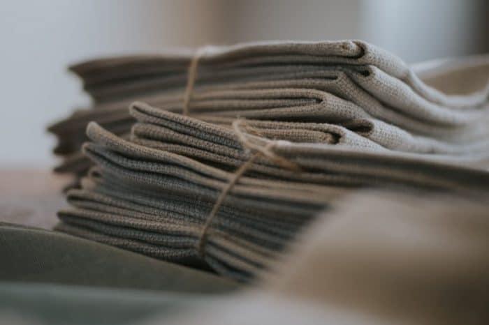 gestapelte Stofftaschentücher aus Bio Baumwolle und Bio Leinen, nachhaltig, ökologisch, stylish, schön und modern