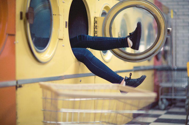 Frau in Waschmaschine, witzig, Füße stehen heraus