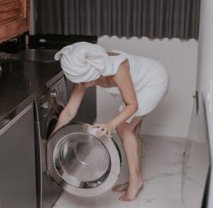 Frau, die Stofftaschentücher wäscht