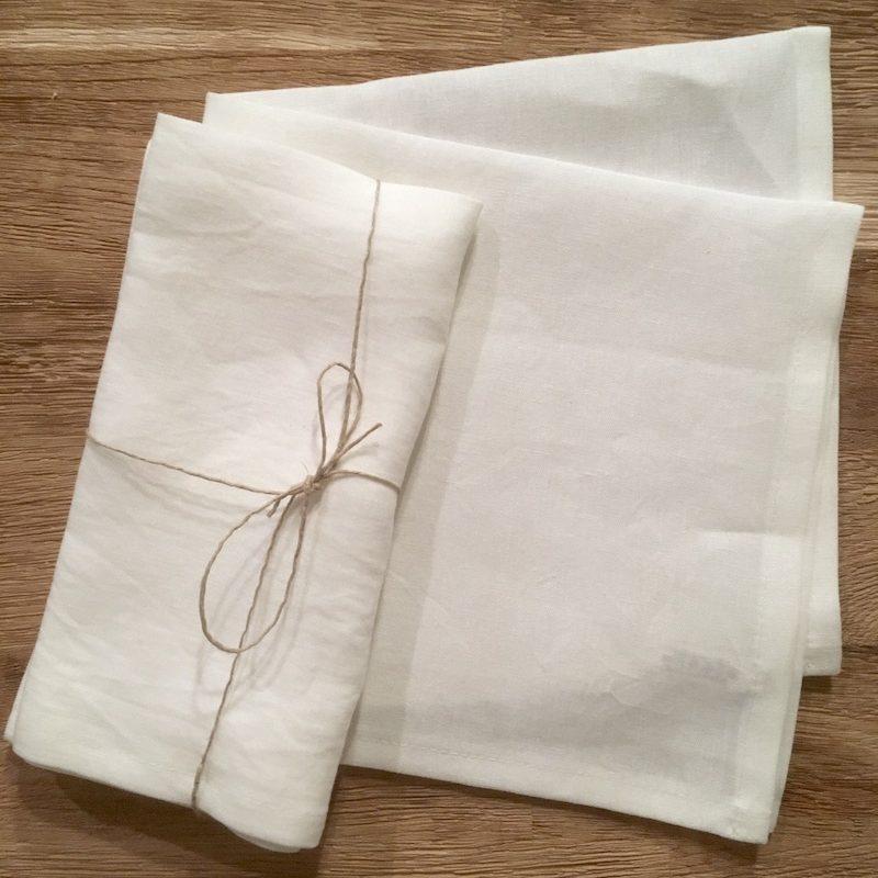 Bio Leinen Servietten in weiß liegen nebeneinander